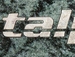 Vyřezávaný logotyp z dvoubarevného mramoru.