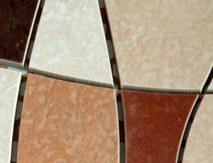 Mozaika z kachliček a dlažby.