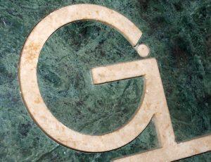 Profilovaný logotyp z mramoru.