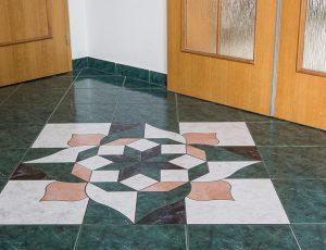 Barevná mozaika z dlažby.