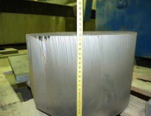 Voda se nebojí ani 20cm širokého kovu.